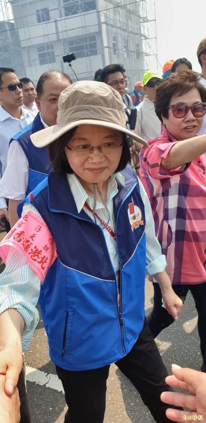 總統蔡英文化身香燈腳陪白沙屯媽祖進香徒步5公里。(記者廖淑玲攝)