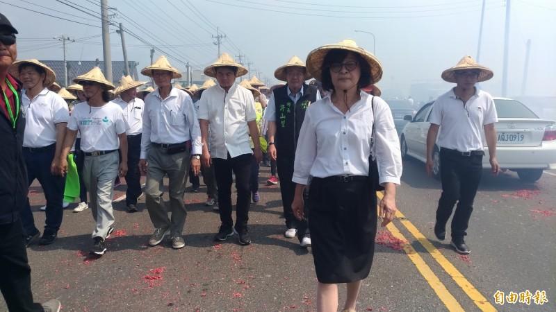 立委蘇治芬(前)率領民進黨籍民意代表陪同白沙屯媽祖進香。(記者廖淑玲攝)