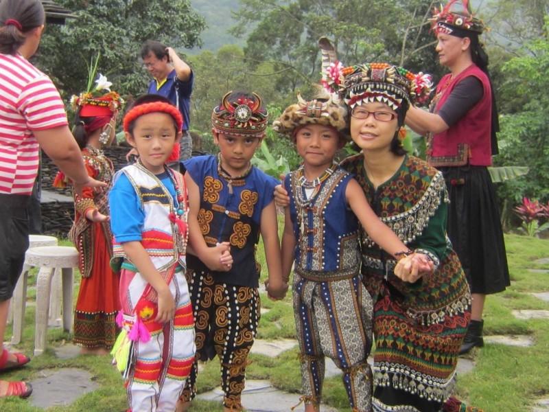 幼兒組的曾麗芳老師(前排右)常設計不同主題,讓學生體驗。(南投縣教育產業工會提供)