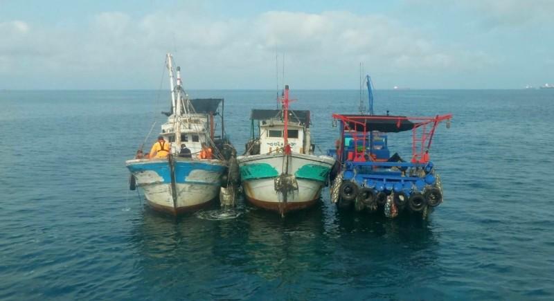 3艘漁船闖進商港捕撈被開罰。(記者洪臣宏翻攝)