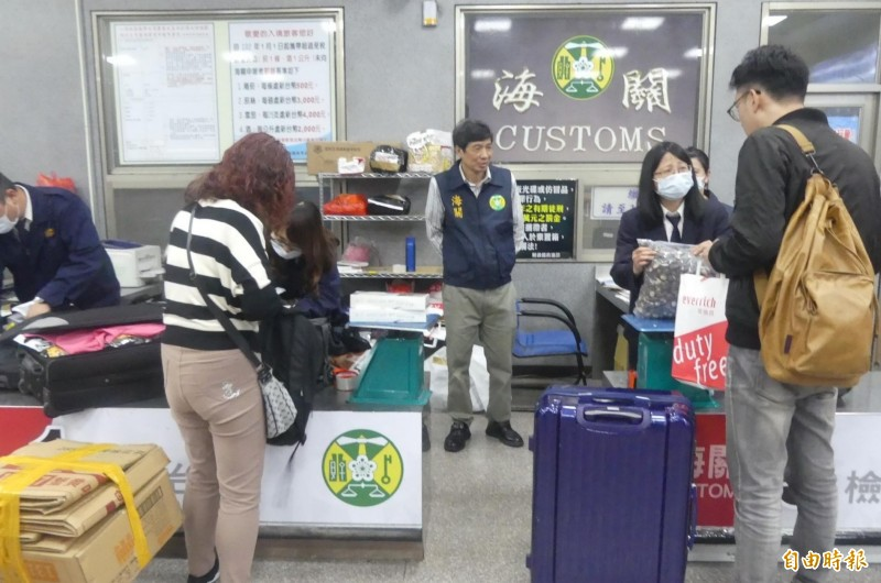 因應防制非洲豬瘟入境,金門海關在小三通通關處嚴格把關,對旅客實施行李查察。(記者吳正庭攝)