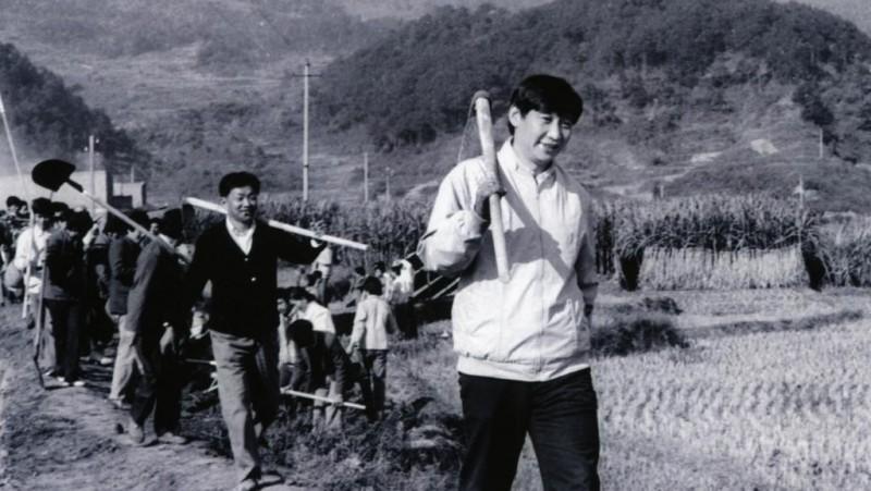 中共領導人習近平這張老照片被翻出,掀翻中國幾代人痛苦記憶。(圖擷取自網路)