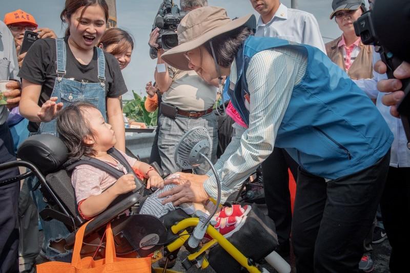 總統蔡英文今天戴著臂章跟著白沙屯媽祖徒步參香,走了約5公里路;蔡英文說,途中看到坐在輪椅上的小妹妹,當時她走向前說:「小妹妹,不要怕,媽祖會保護妳。」(圖取自蔡英文臉書)