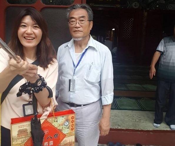 旅居中國的法學專家邵子平(中)取得中國身分證,遭廢止台灣戶籍,他聲稱「健保與退休金都不能領取」,揚言來台提告,但陸委會今天證實,邵子平在台並沒有退休金。(圖擷取自魏筠臉書)