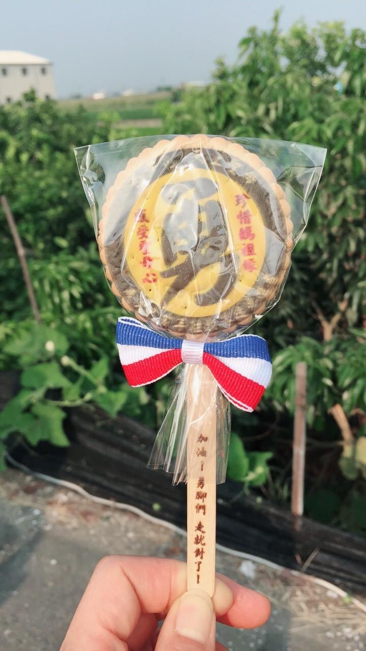 白沙屯媽祖勇腳信徒拿到打氣的「勇」餅乾,捨不得吃。(民眾提供)