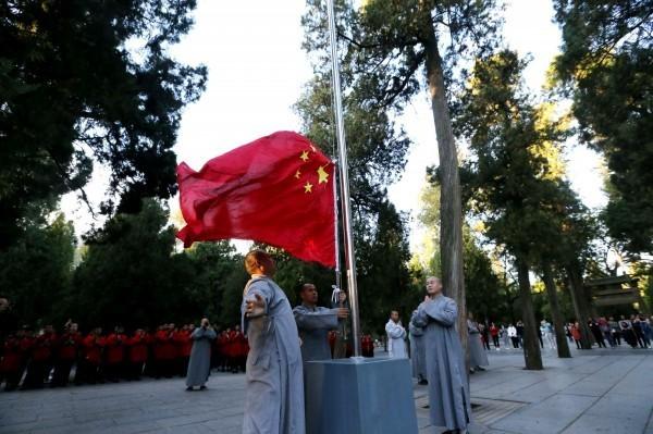 中國加強統戰力道,官媒時常用社論批評台灣政壇,在中國除了箝制言論自由還逼迫少林寺升起五星旗。(路透)
