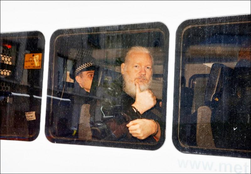 英國警方十一日進入厄瓜多駐倫敦大使館,逮捕維基解密創辦人阿山吉。他在警車內豎起拇指,比出「讚」手勢。(路透)