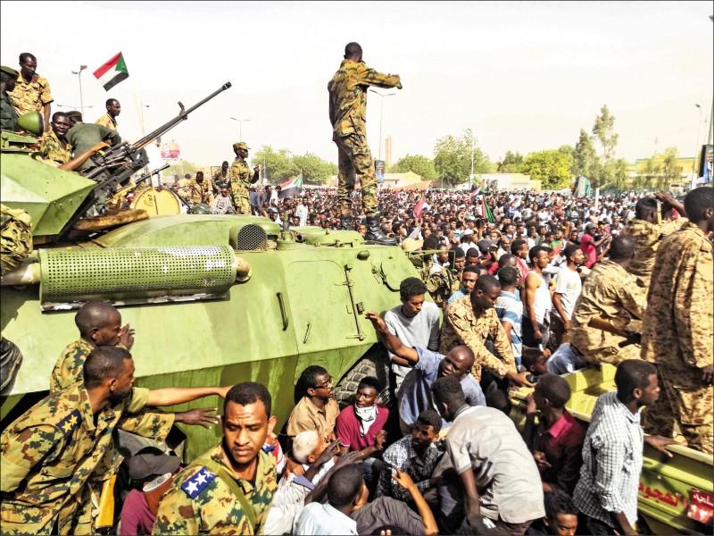 儘管蘇丹總統巴席爾倒台,反政府示威者仍不願撤離街頭,軍人和裝甲車則在首都喀土木軍方總部附近戒備。(法新社)