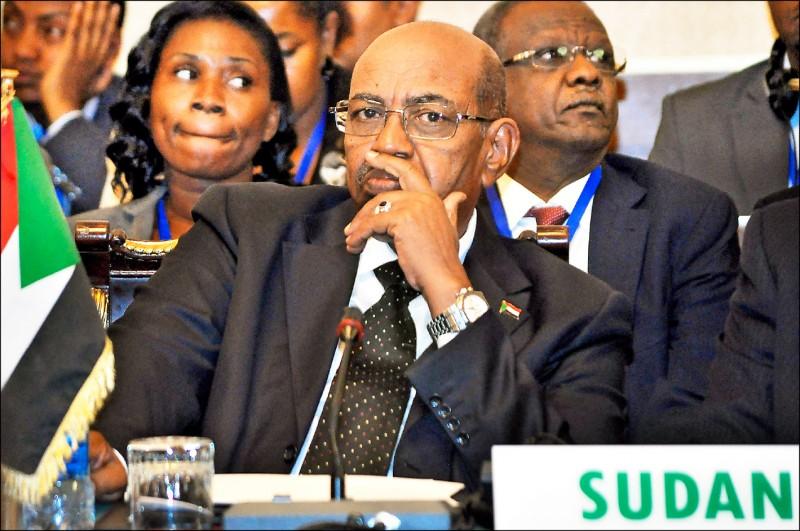 掌權三十年之久的蘇丹總統巴席爾(中)終於垮台。圖為他在二○一四年三月出席東非「政府間發展組織」(IGAD)」於衣索比亞首都阿迪斯阿貝巴召開的會議。 (歐新社檔案照)