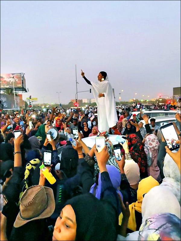 22歲蘇丹女記者薩拉八日站在車頂上帶領大批民眾抗議,成為這波反巴席爾政權運動的標誌畫面。(取自網路)