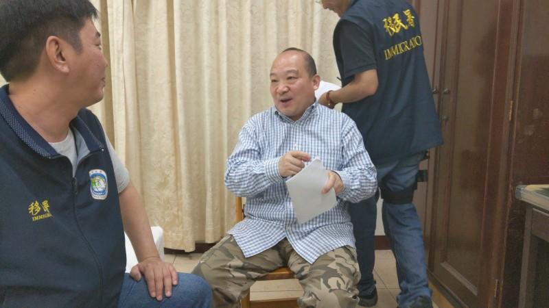 移民署在南投竹山找到李毅,他宣稱這次到台灣,單純旅遊不會演講。(記者張瑞楨翻攝)