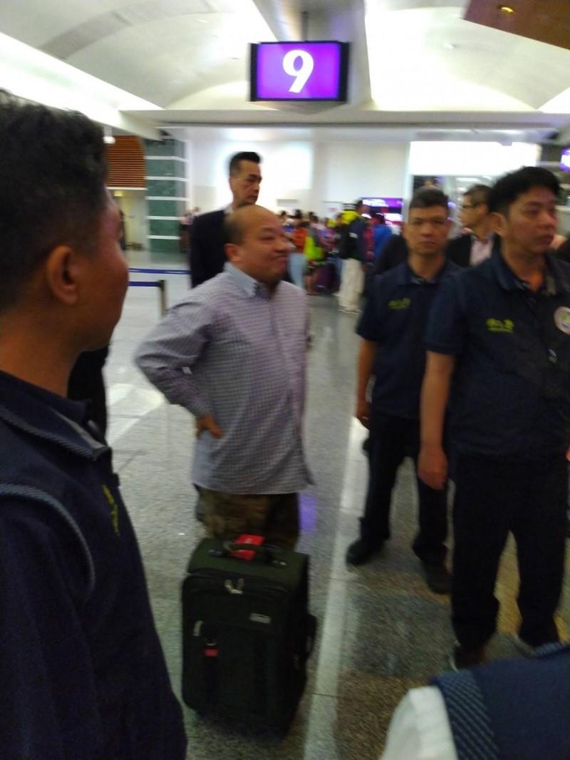 移民署將李毅遣返出境,搭飛機到香港。(記者張瑞楨翻攝)