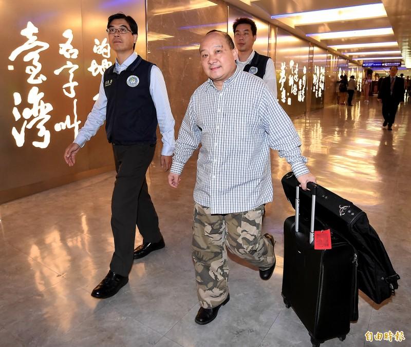 主張武統台灣的中國學者李毅(左2)受邀來台演講,移民署認定李毅違法,決定註銷他的入境許可,今強制遣返回出發地香港。(記者朱沛雄攝)