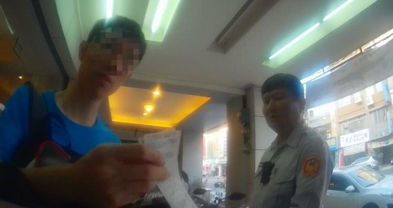 羅姓男子(左)深夜花錢買點數,警方急趕攔阻詐騙老梗。(記者黃良傑翻攝)