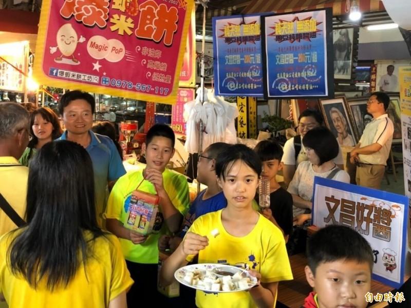小朋友促銷文昌好醬。(記者林國賢攝)