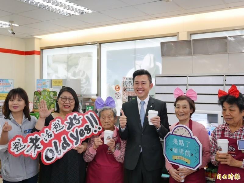 全國第三家「幾點了咖啡館」今天在新竹市科學門市開幕,共有三名阿嬤來實習,市長林智堅也前來購物打氣。(記者王駿杰攝)