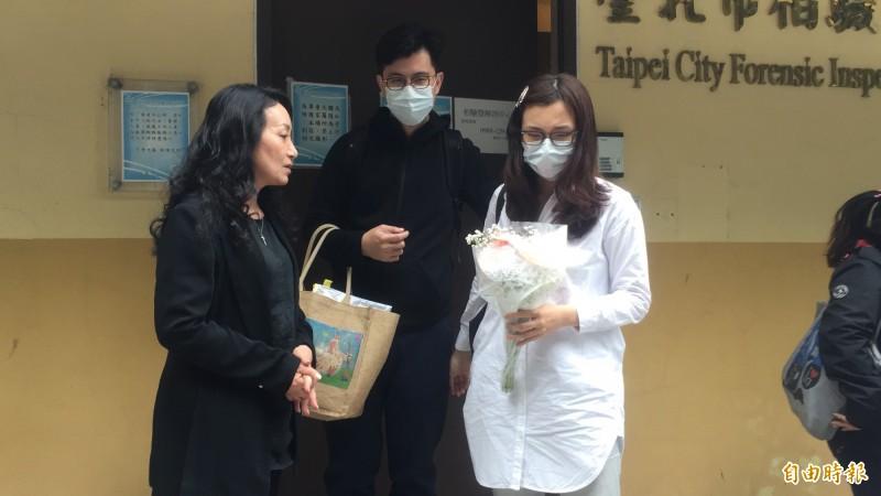 中華民國兒童權益促進協會理事長王薇君(左),今天下午陪同李姓男嬰雙親到場,並送上正義哥帶來的鮮花。(記者陳恩惠攝)