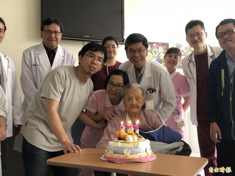 南投縣埔里鎮109歲人瑞曾洪長阿嬤(前排右1)日前不慎跌倒致左手、腿骨折,經手術治療,今天出院,醫護、兒孫特別送蛋糕慶祝。(記者佟振國攝)