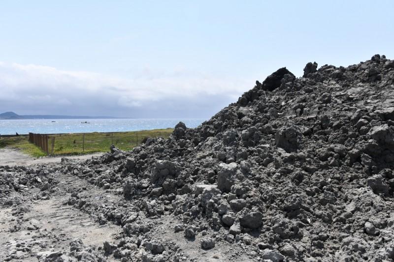 堆置的污泥離後壁湖保護區很近。(記者蔡宗憲翻攝)