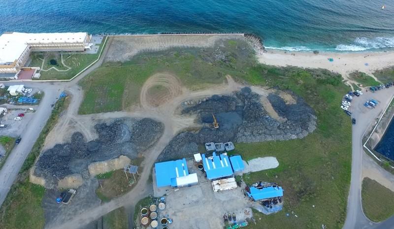 堆置的污泥(深黑色)離大海很近。(記者蔡宗憲翻攝)