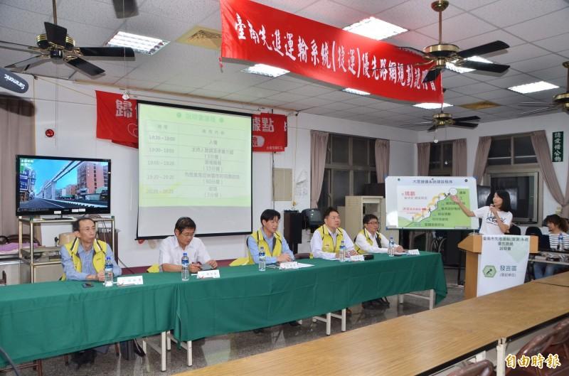 台南市交通局、捷運工程處在歸仁區舉辦說明會。(記者吳俊鋒攝)