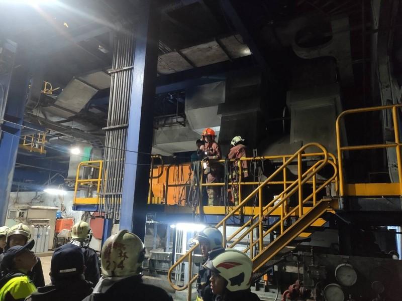 新北市歲修中的樹林焚化廠驚傳焊接工人捲入巨型風機,軀體遭如利刃般高速轉動的葉片切碎成數十塊身亡,警方拉起封鎖線。(記者吳仁捷翻攝)
