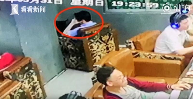男子在網咖內中風超過48小時,才被店員發現異狀。(圖擷取自看看新聞)