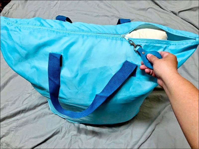 使用購買時原本的外袋收納被子,且勿重壓以免變形。(記者許麗娟/攝影)