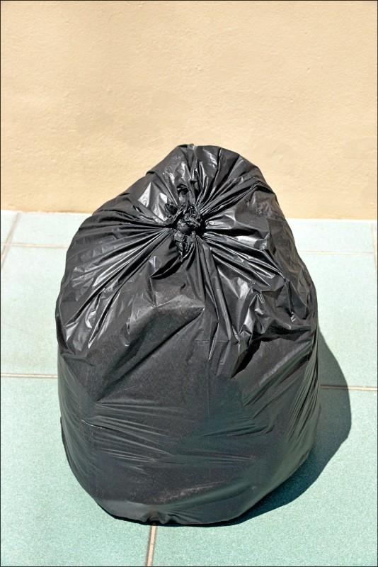 將棉被置於黑色塑膠袋內,置於正午的陽光下,可利用高溫吸熱的方式殺死塵蟎。(記者許麗娟/攝影)