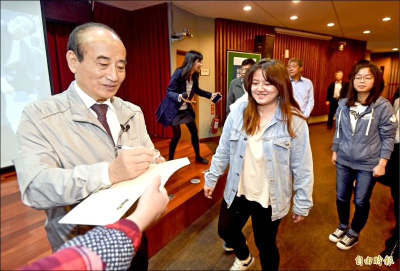 前立法院長王金平12日出席台北市立大學專題演講,並簽書贈同學。(記者簡榮豐攝)
