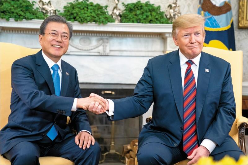 美國總統川普十一日在白宮橢圓形辦公室與南韓總統文在寅會面。(彭博)