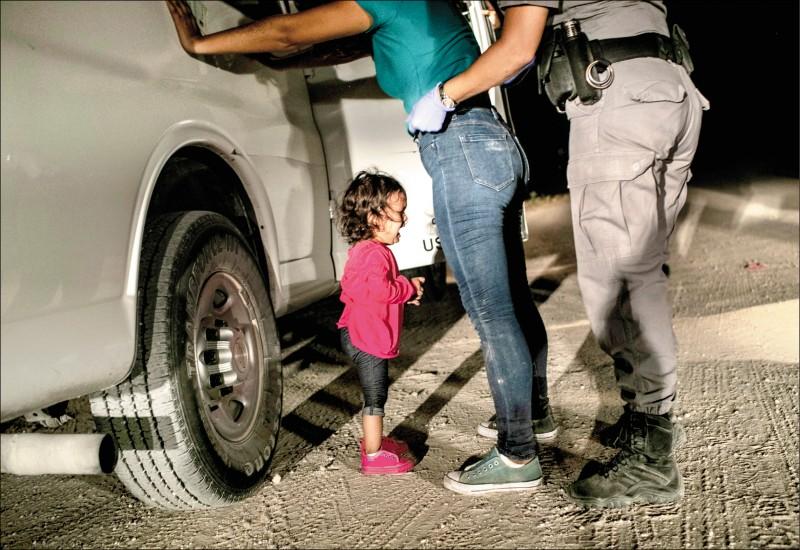 去年6月間,2歲的宏都拉斯小女童葉蓮娜(Yanela Sanchez)在德州眼見母親遭美國邊界巡邏官員搜身時無助痛哭。(美聯社)