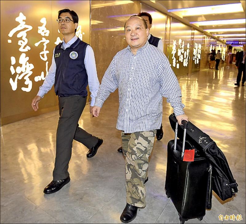 主張武統台灣的中國學者李毅(右)受邀來台演講,移民署認定李毅違法,決定註銷入境許可,昨日凌晨在南投竹山民宿尋獲後,將他帶往桃園機場,強制遣返。(記者朱沛雄攝)
