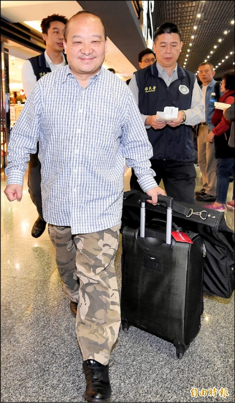 中國武統學者李毅以觀光名義來台卻受邀演講,被移民署等單位認定違法,昨日凌晨零時許在南投竹山一間民宿尋獲後,隨即遣返。(記者朱沛雄攝)
