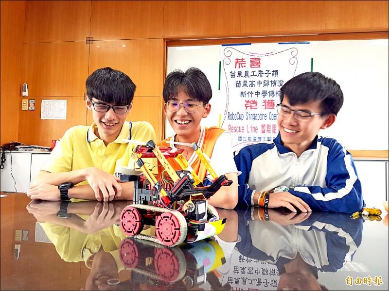 詹子頡(中)、鄒侑澄(左)、傅梓崵(右)參加機器人世界杯新加坡公開賽,在救援機器人比賽高級組奪下國際組第1名。(記者彭健禮攝)