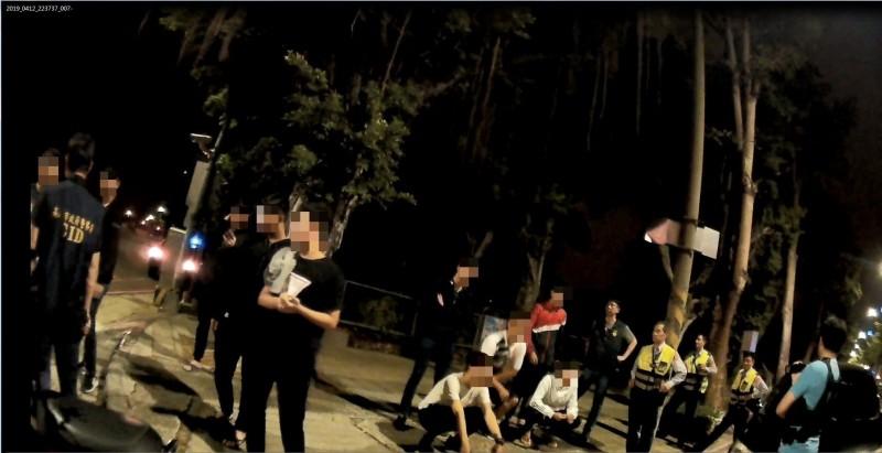 警方攔查相約談判幹架的青少年。(記者洪定宏翻攝)