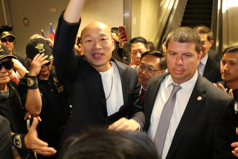 韓國瑜飛抵洛杉磯,向接機僑胞揮手致意。(高市新聞局提供)