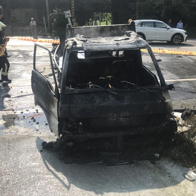 小貨車已燒到只剩車架。(記者王峻祺翻攝)