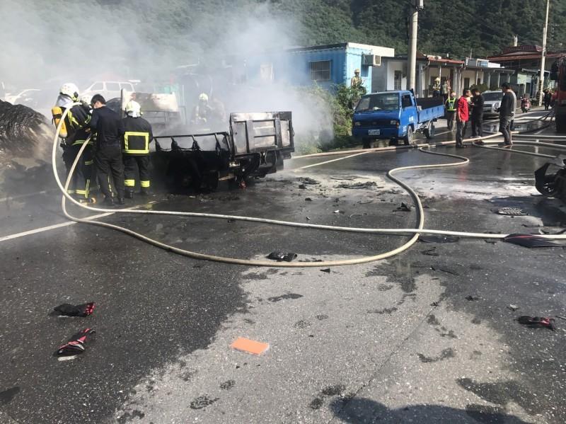 警消獲報到場撲滅火勢,發現重機騎士已全身燒焦明顯死亡。 (記者王峻祺翻攝)