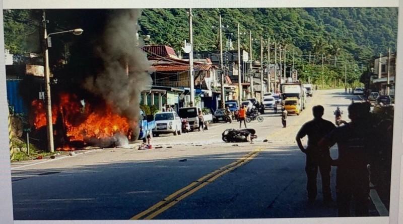 小貨車遭撞後,因右後方油箱破裂,瞬間燃起大火,林姓重機騎士當時已摔進車斗內受困無法逃出。(記者王峻祺翻攝)