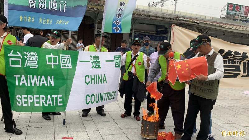 908台灣燒中國五星旗,拒絕中國併吞統一。(記者蔡淑媛攝)