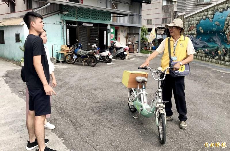 騎單車的行動旅服志工,隨時提供旅遊諮詢。(記者楊金城攝)