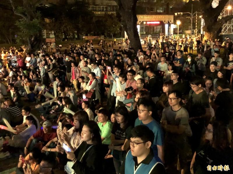 體育館前擠滿民眾盡情享受搖滾樂。(記者羅欣貞攝)