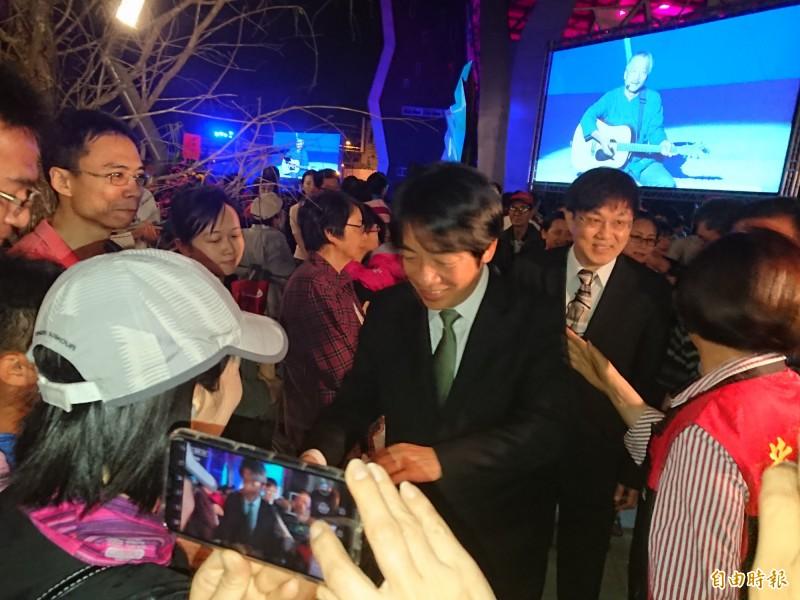 前行政院長賴清德今晚參加台江文化中心開幕式,受到民眾熱烈歡迎。(記者洪瑞琴攝)