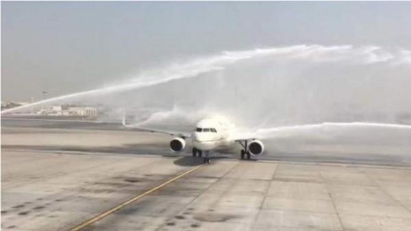 來自沙烏地阿拉伯的班機降落在杜拜,卻被杜拜機場的水砲所擊傷。(取自推特)