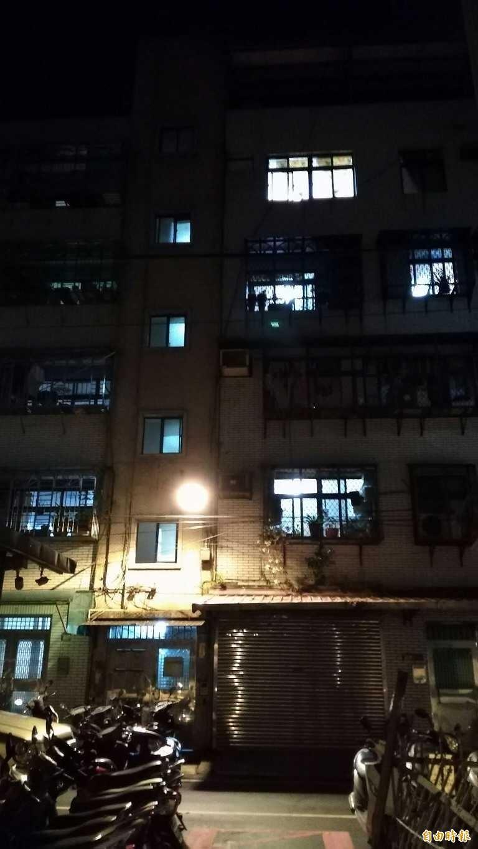 警消進入公寓,發現女子全裸倒地,屋內滿是血跡。此為示意圖,非事發所在地。(資料照)