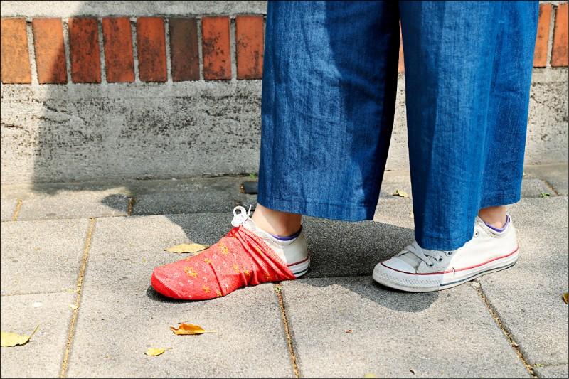 尋狗時也可以藉著將髒襪子套在鞋子上,一邊走路一邊留下飼主的味道,引導狗狗尋味回家。(記者陳宇睿/攝影)