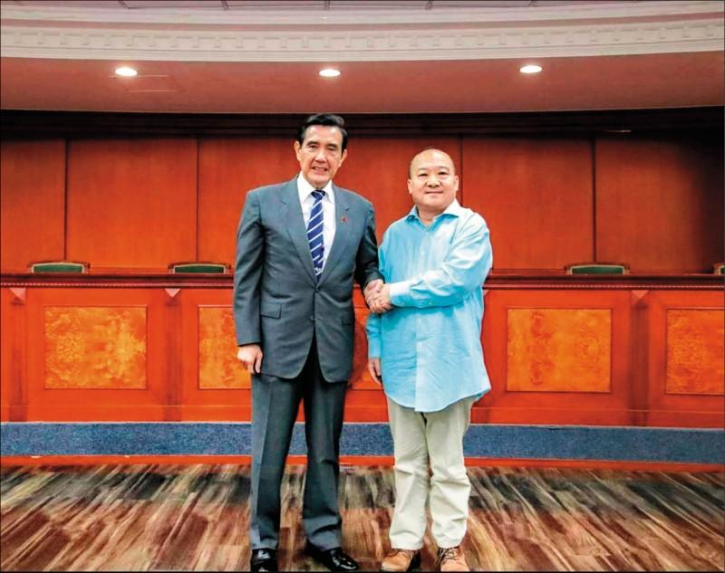 桃園市議員王浩宇昨在臉書上揭露主張武統的中國學者李毅(右)與前總統馬英九握手合影照片。(圖取自王浩宇臉書)
