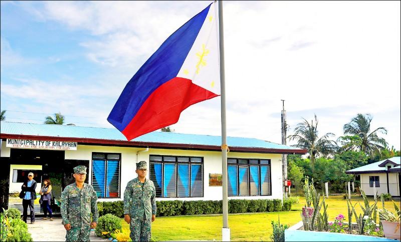 南海南沙群島第二大天然島中業島目前由菲律賓實質控制,圖為菲國島上駐軍向國旗立正致敬。(路透檔案照)