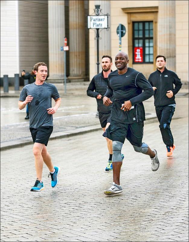 社群媒體巨擘「臉書」執行長札克柏格(圖左)二○一五年十二月在德國柏林慢跑,全程有保鑣陪伴。(歐新社檔案照)